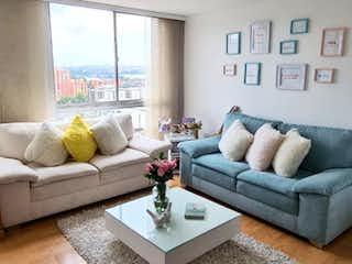 Una sala de estar llena de muebles y una gran ventana en Se Vende Apartamento en Mirandela