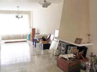 Una sala de estar llena de muebles y una ventana en Se Vende casa en La Soledad