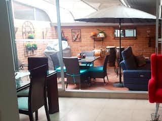 Una sala de estar llena de muebles y una chimenea en Se Vende Casa en Icata