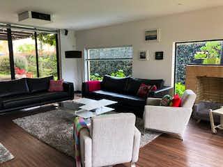 Una sala de estar llena de muebles y una televisión de pantalla plana en Se Vende Casa en Cajicá