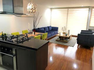 Una cocina con una mesa y sillas en ella en Se Vende Apartamento en Santa Paula
