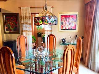 Un comedor con una mesa de comedor y sillas en Se Vende Apratamneto en Lindaraja
