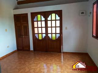 Una habitación con una cama y una ventana en Casa ParaAmbos,