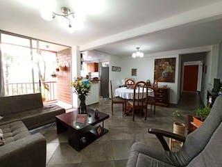 Una sala de estar llena de muebles y una mesa en SE VENDE APARTAMENTO EN CALASANZ, MEDELLN