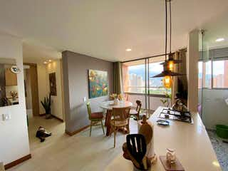 Una sala de estar llena de muebles y una televisión de pantalla plana en SE VENDE APARTAMENTO EN SURAMÉRICA