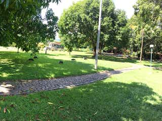 Un parque con un banco de parque y árboles en Sopetran, Lote en venta en Casco Urbano Sopetrán de 2700m²