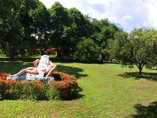 Un hombre está sentado en un banco del parque en Sopetran, Lote en venta en Casco Urbano Sopetrán de 2700m²