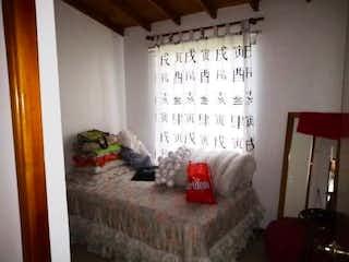 Un dormitorio con una cama y una cama en Casa en Venta SURAMERICA