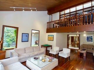 Una sala de estar llena de muebles y una ventana en Casa en venta  Construída por el prestigioso Arq. Cajiga en Paseo de las Lomas