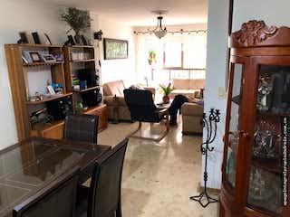 Una sala de estar llena de muebles y una chimenea en Venta de Apartamento Sector Estadio