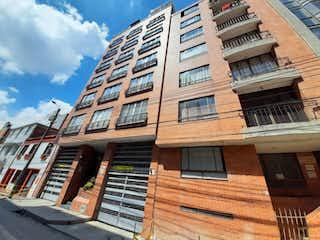 Un gran edificio de ladrillo con un montón de ventanas en 101348 - Venta de apartaestudio en Chapinero