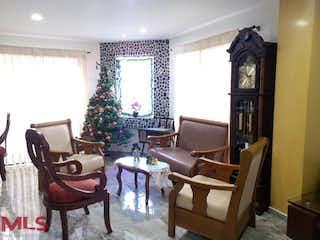 Una sala de estar llena de muebles y un reloj en Villas del Tesoro