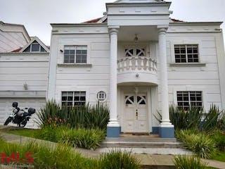 Un edificio blanco con un gran edificio blanco en San Sebastian De La Alameda