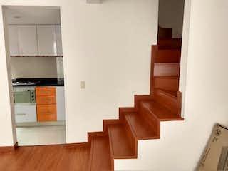 Una fila de bancos de madera en una habitación en Casa en venta en San Antonio Norte, 69m²