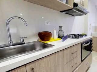 Cocina con fogones y microondas en Apartamento venta Sabaneta, las lomitas