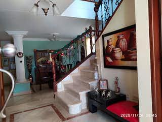 Una sala de estar llena de muebles y una gran ventana en Casa venta la Castellana, medellin, Antioquia