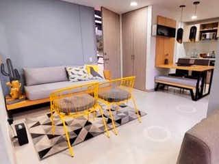 Una sala de estar llena de muebles y una televisión de pantalla plana en Apartamento venta Sabaneta, las lomitas