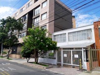 Una esquina con un edificio en el fondo en VENTA DE CASA SOLEDAD  (TEUSAQUILLO)