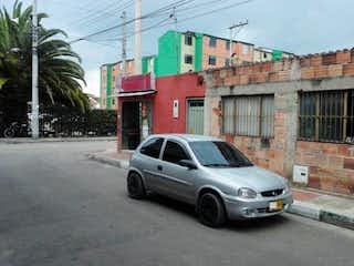 Un coche estacionado delante de un edificio en Lote En Venta En Funza Miraflores