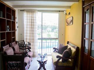 Una sala de estar llena de muebles y una ventana en Venta de Apartamento en Calasanz, Medellín