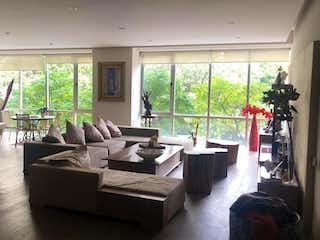 Una sala de estar llena de muebles y una ventana en Departamento en venta de 300 mts en Col. Bosques de las Lomas con 3 recamaras