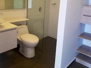 Un cuarto de baño con un inodoro y una ducha en Laureles