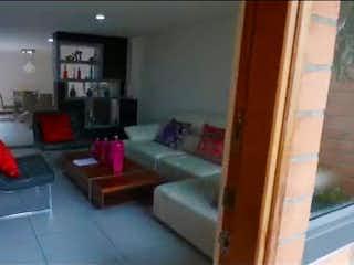 Una sala de estar llena de muebles y una chimenea en Casa en Venta SURAMERICA