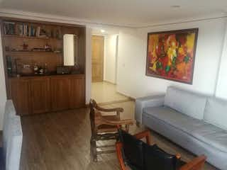 Una sala de estar llena de muebles y un suelo de madera en Apartamento en Venta EL NOGAL