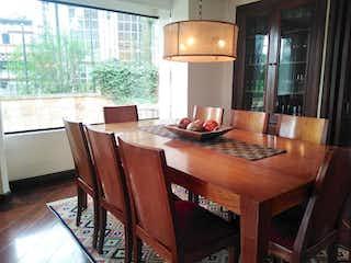 Una mesa de madera y sillas en una cocina en Edificio