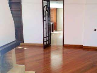 Una habitación con suelos de madera y un refrigerador blanco en 649 - Venta Hermoso  Penthouse. Gratamira.
