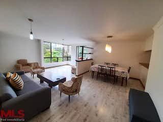 Una sala de estar llena de muebles y una mesa en Palmeiras