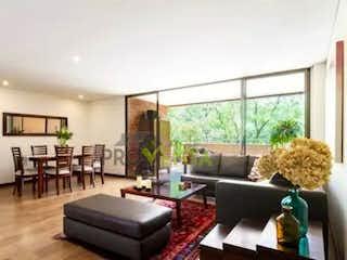 Una sala de estar llena de muebles y una gran ventana en Apartamento en Venta Poblado Las Santas