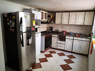 Cocina con nevera y horno de fogones en Apartamento en venta en Las Flores de 5 alcoba