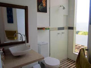 Un cuarto de baño con lavabo y ducha en VENTA CASA ALTOS DE POTOSI