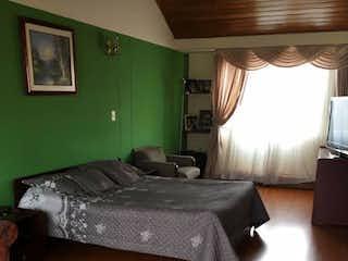 Una cama sentada en un dormitorio junto a una ventana en Casa en venta en Prado Veraniego con acceso a BBQ