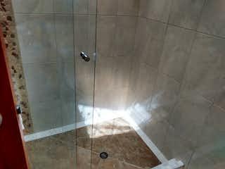 Un cuarto de baño que tiene un inodoro en él en casa antigua remodelada