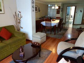 Una sala de estar llena de muebles y un suelo de madera en Venta Apartamento Batan para remodelar