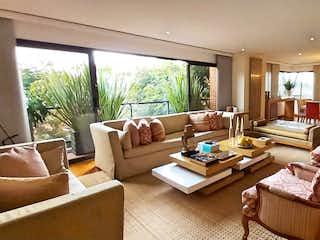 Una sala de estar llena de muebles y una gran ventana en VENTA APARTAMENTO 264 M2 ROSALES