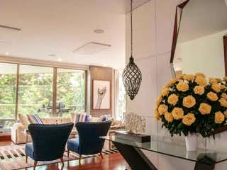 Una sala de estar llena de muebles y una lámpara de araña en VENTA APARTAMENTO 273 M2 BOSQUE VERDE  SUBA