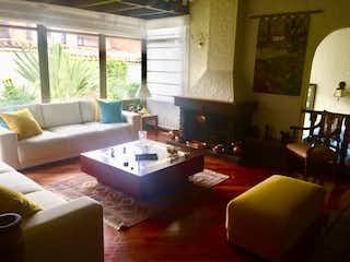 Una sala de estar llena de muebles y una gran ventana en VENTA CASA CONJUNTO CERRADO 350 M2  CALATRAVA
