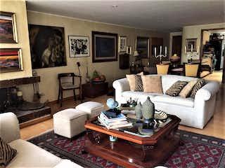 Una sala de estar llena de muebles y una mesa de café en VENTA APARTAMENTO  136 M2 SANTA BARBARA, BOGOTA