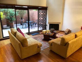 Una sala de estar llena de muebles y una televisión de pantalla plana en VENTA APTO CHICO  138 metros DUBLEX 1H/2B/2G/1D  CON O SIN MUEBLES