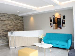 Un sofá azul sentado en una sala de estar en VENTA APARTAMENTO FLEX 33M2 CHAPINERO BOGOTA