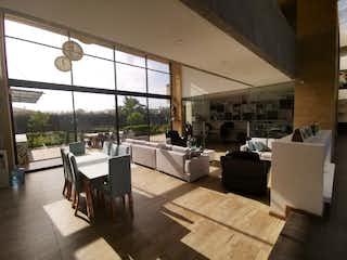 Una sala de estar llena de muebles y una gran ventana en VENTA CASA CAMPESTRE CHIA CUNDINAMARCA