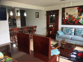 Una sala de estar llena de muebles y una televisión de pantalla plana en Venta Apartamento Milano Hayuelos