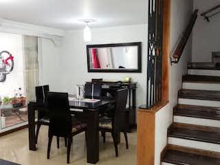 Una sala de estar llena de muebles y una televisión de pantalla plana en CASA VILLA VERDE EN LOMA DE LOS BERNAL MEDELLIN