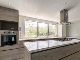 Una gran cocina blanca con un gran ventanal en APARTAMENTO SANTA MARIA DE LOS NGELES POBLADO