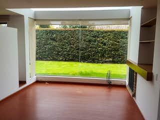 Una vista de una sala de estar con una puerta corredera de cristal en EL EDEN