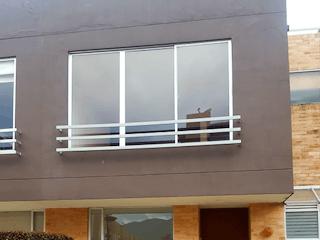 Un edificio de ladrillo con una ventana grande en Venta casa Chia La Balsa-1582187
