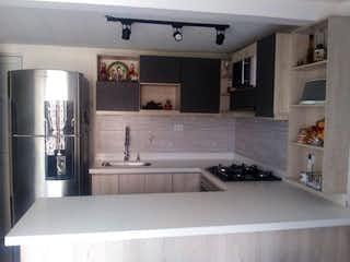 Una cocina con fregadero y nevera en apartamento venta loma de los Gómez Itagüí